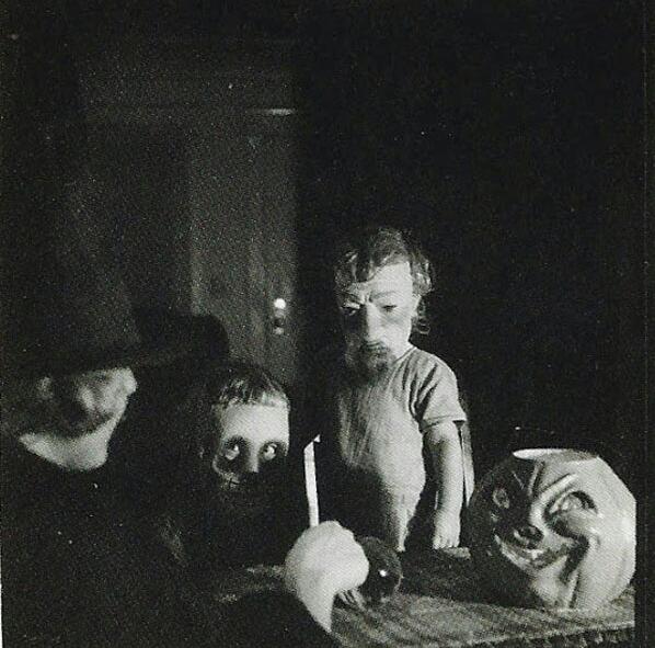 fotografia antigua de disfrazados con una calabaza de halloween