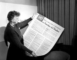 Eleanor Roosevelt mirando la Declaración Universal de los Derechos Humanos en español