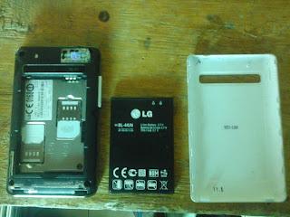 Copot batre, sim card dan micro sd dari ponsel