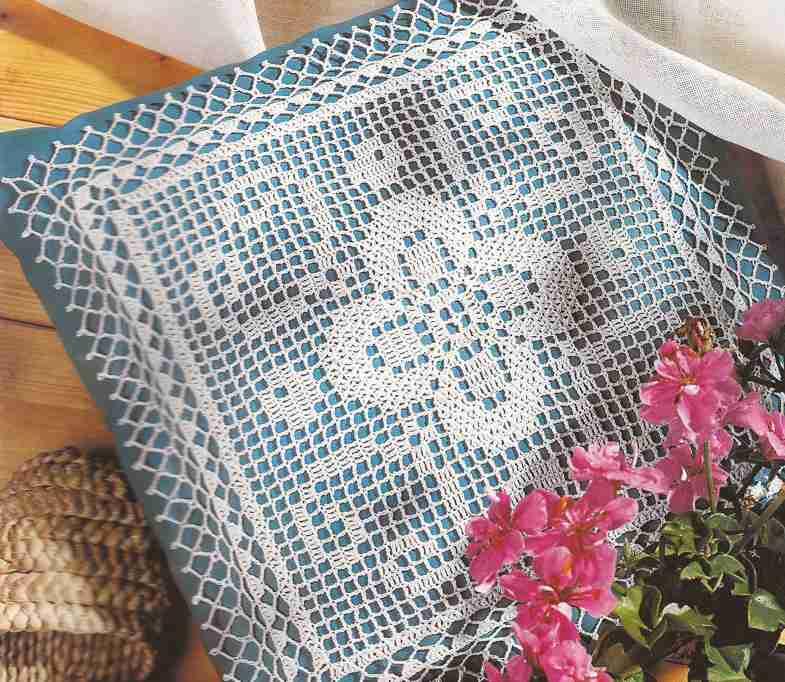 "Cojín ""Flor de cuatro pétalos"" a Crochet"