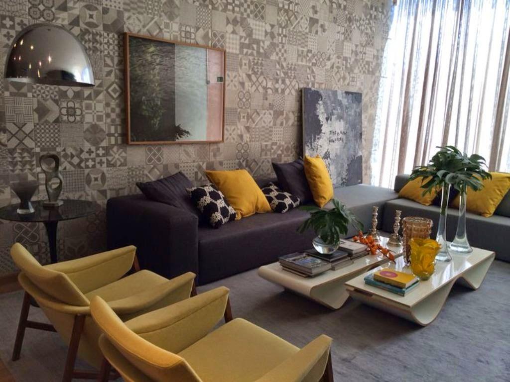 #9F712C Sala com toques de amarelo e almofadas com estampa de hexágonos preto  1024x768 píxeis em Como Decorar Uma Sala De Estar Com Sofa Marrom