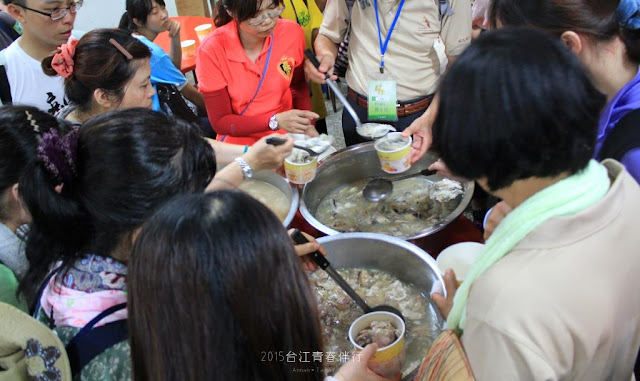廟方所準備的餐點,被飢腸轆轆的人們所攫取目光。