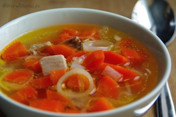 Möhrentopf mit Gemüse und Huhn - angerichtet