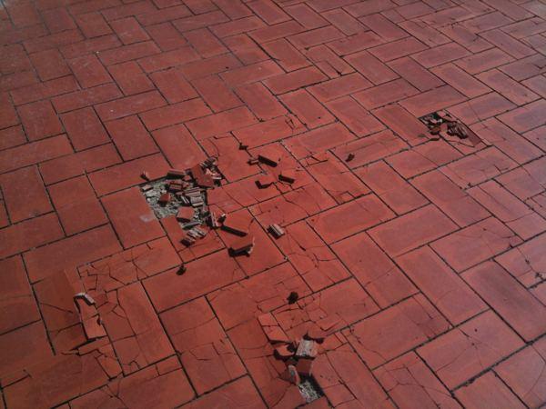 Dise o en ba os suelo de terraza deteriorado for Suelo para terraza economico