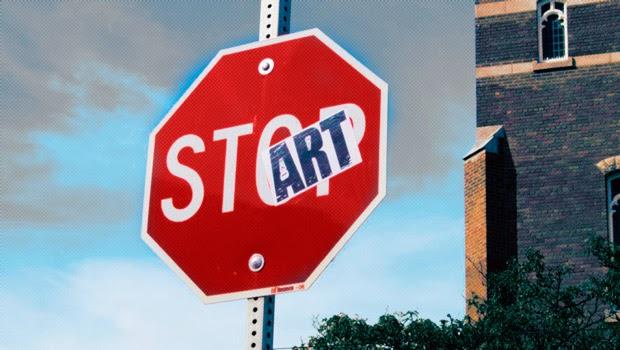 Imagen decorativa de una señal de tráfico que indica Stop con una pegatina que indica Start