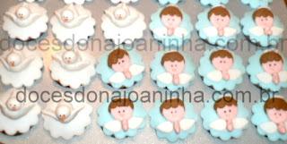 Mini cupcakes decorados com anjinhos e pombinhas para batizado