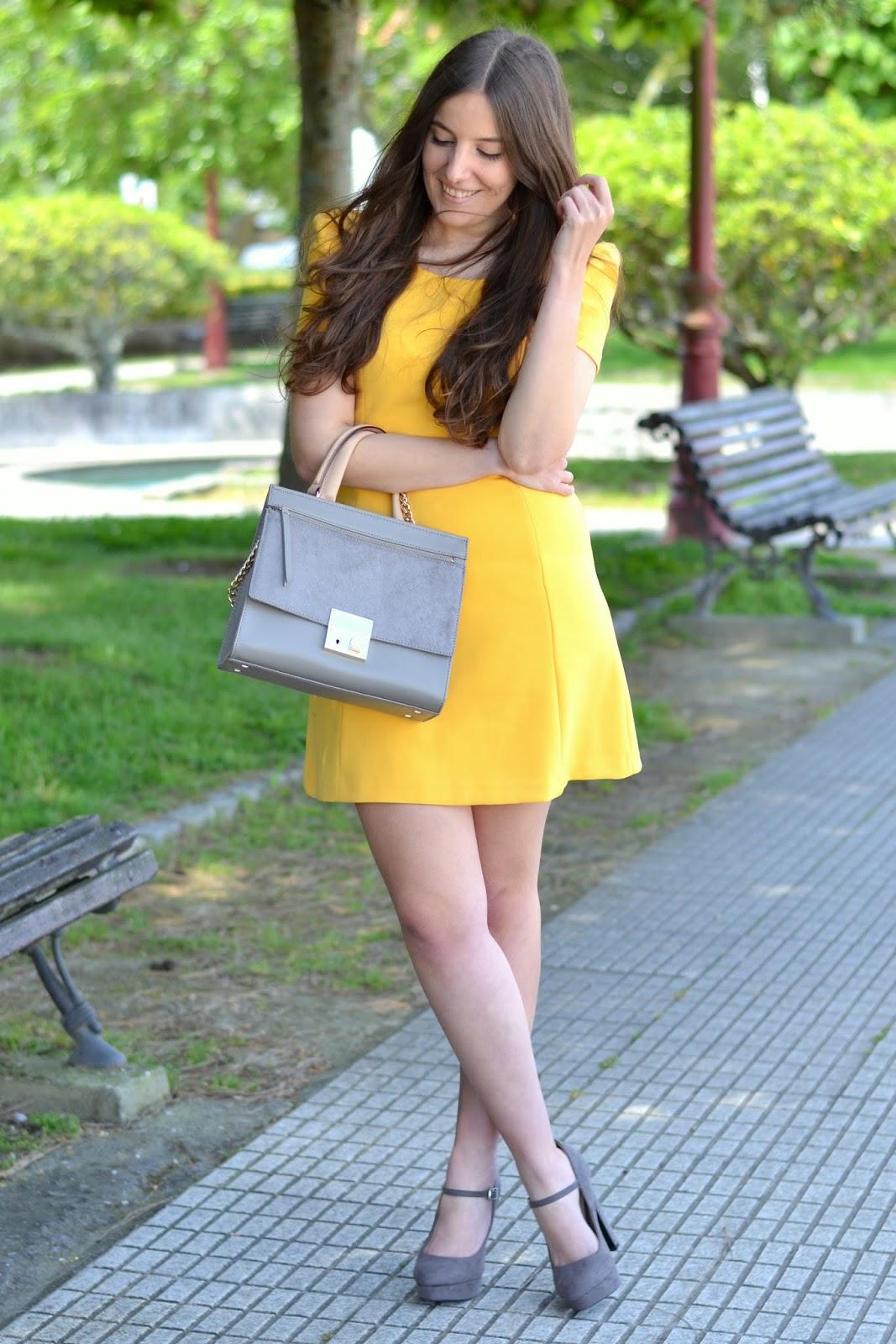 combinar vestido amarilo