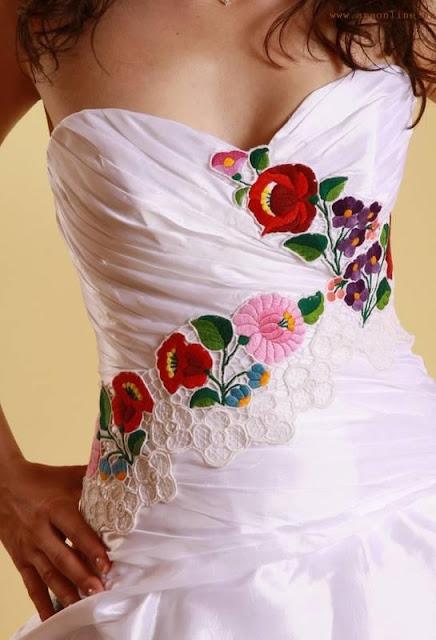 Угорська наречена у сукні з елементами вишивки