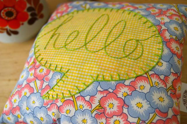 almofadas coloridas hello