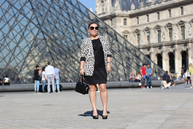 look of the day in front of louvre pyramid
