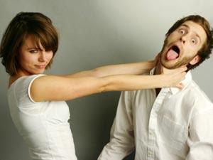 10 عادات رجالية تزعج المرأة....لا يمكن تغييرها - امرأة تكره تخنق رجل بيديها - woman choke hate man