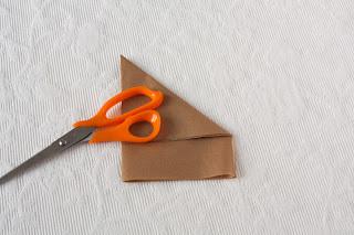 Slaganje papira za oblaganje dna tepsije