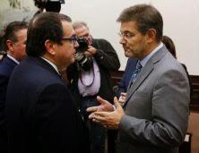 Rafael Catalá (dcha.) conversa con el diputado de CiU Jordi Jané. Juanjo Martín. EFE