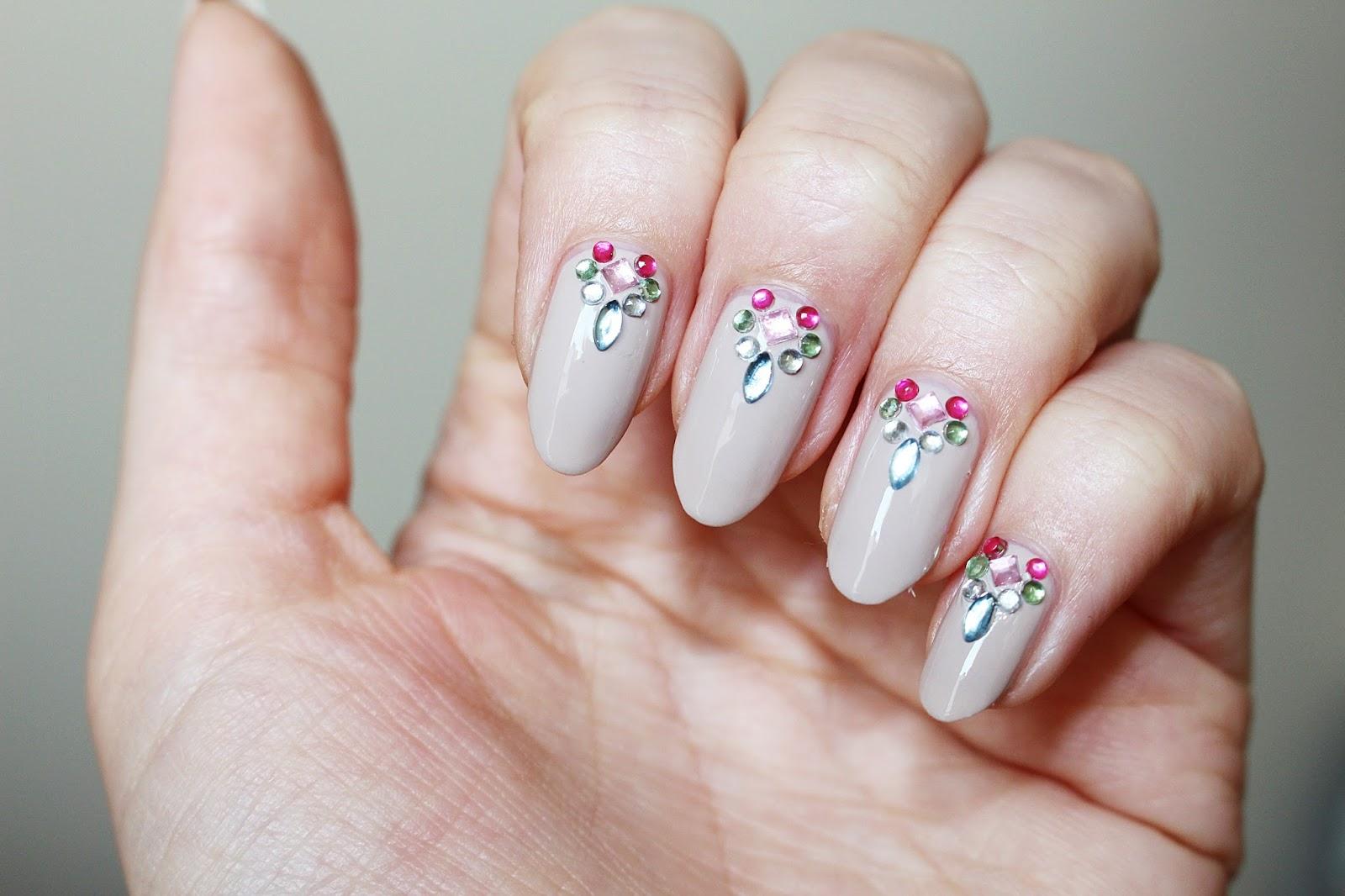 Essie Sand Tropez nude nails swarovski crystal kryształy na paznokciach kamienie almond nails migdałowe paznokcie z instagrama jak zrobić migdałowe paznokcie