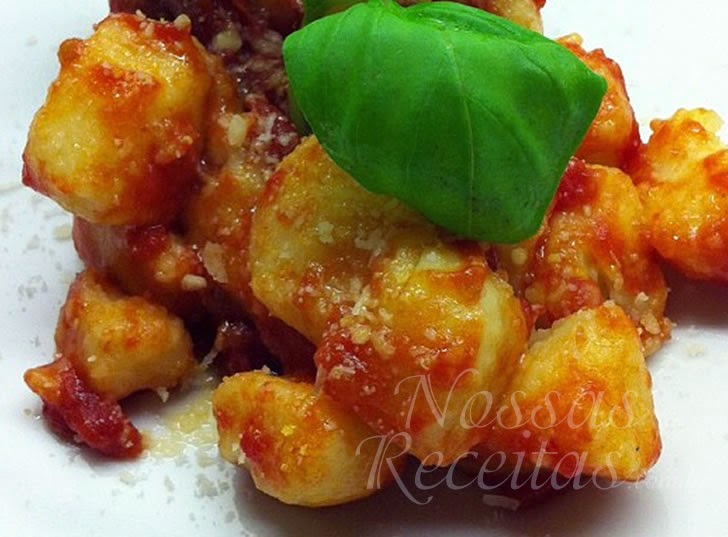 Receita de Nhoque servido com molho de tomate ao sugo