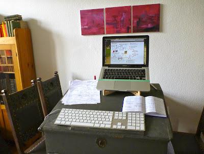 Stehpult mit Rechner und Tastatur