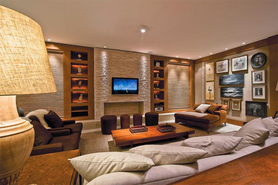 Sala De Tv Tipo Cinema ~  rústica com lareira revestida de tijolos e painel da tv de pedras