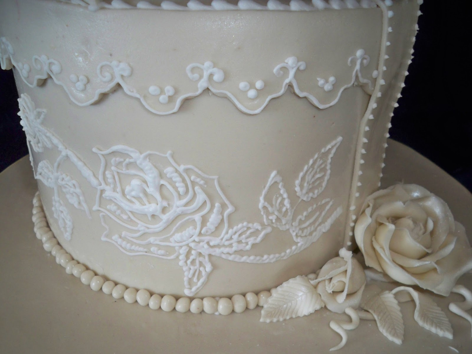 Lace Piping Cake Decorating : lace, brooche and bow vintage style wedding cake