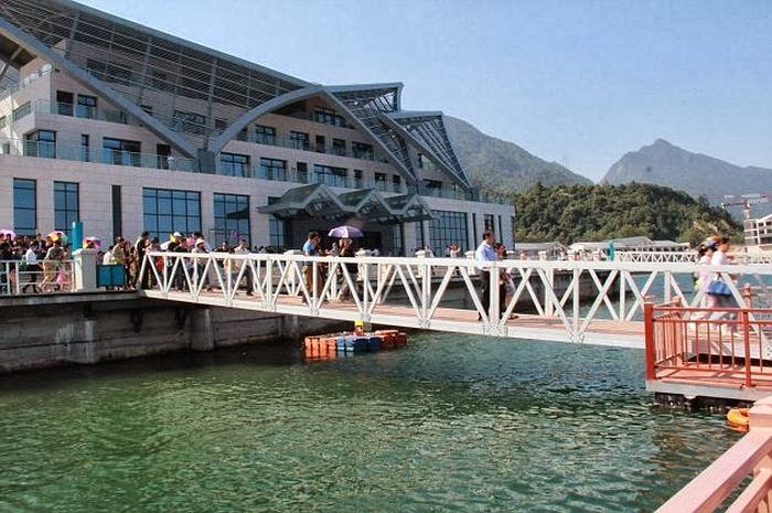 A bridge in Lushan Xihai, a national key scenic spot in Jiujiang city, East China's Jiangxi province, collapsed Sunday, resulting in 18 tourists falling into Zhelin Lake, after about 100 visitors rushed to the bridge against the advice of guides. The capacity of the bridge is 40 people. The 18 tourists received medical attention, jx.people.com.cn reported.