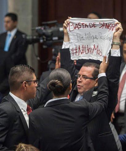 """""""Basta de sangre. Rectifique, Presidente. #NiunoMás"""""""