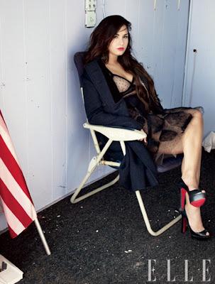 demi lovato en minifalda mostrando las piernas