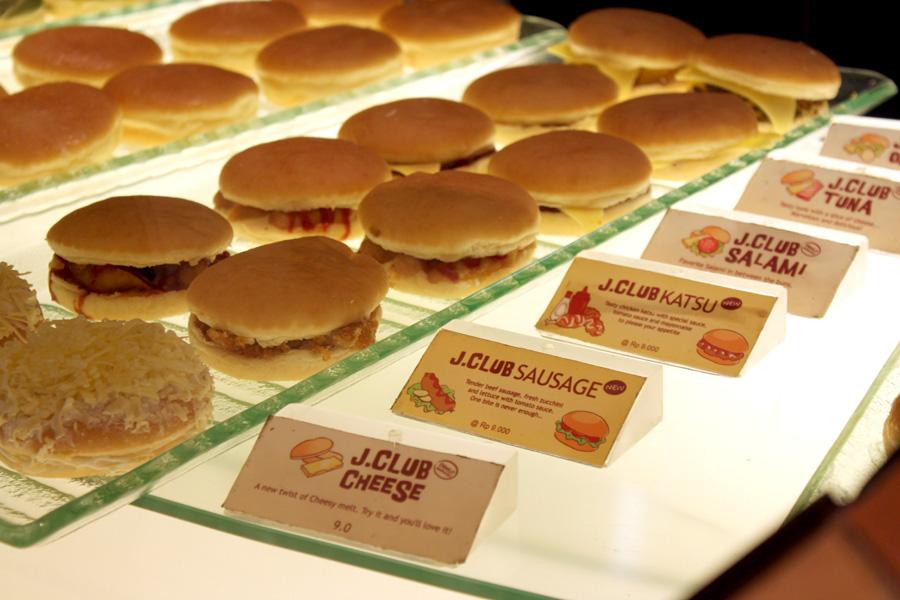 jco donuts and coffee Jco donuts & coffee di indonesia semuanya dikendalikan dan dimiliki oleh jhonny sendiri, sedangkan toko-toko di luar negeri diwaralabakan.