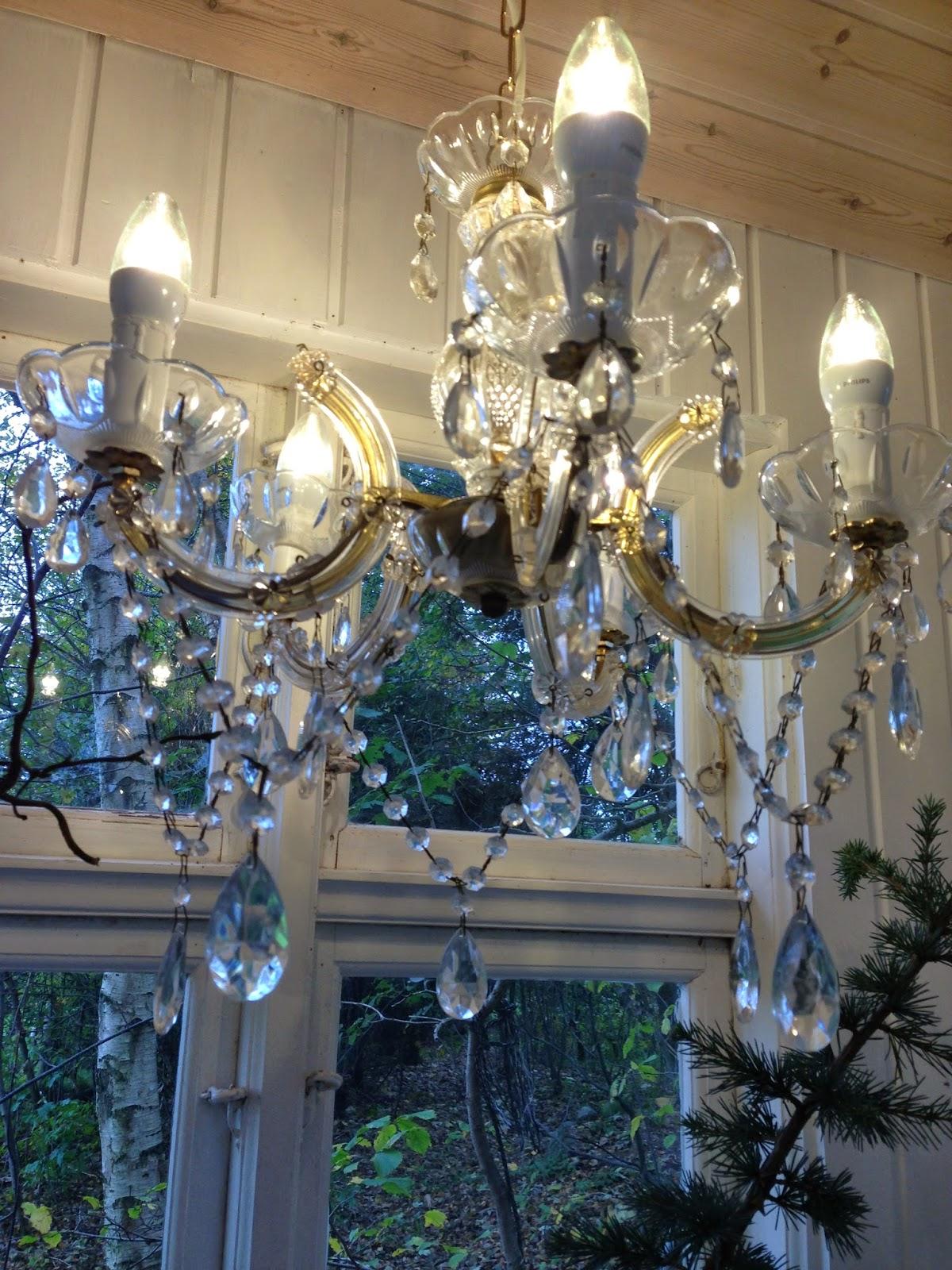 Fru pedersens have: hvid jul og lysekrone i lysthuset.