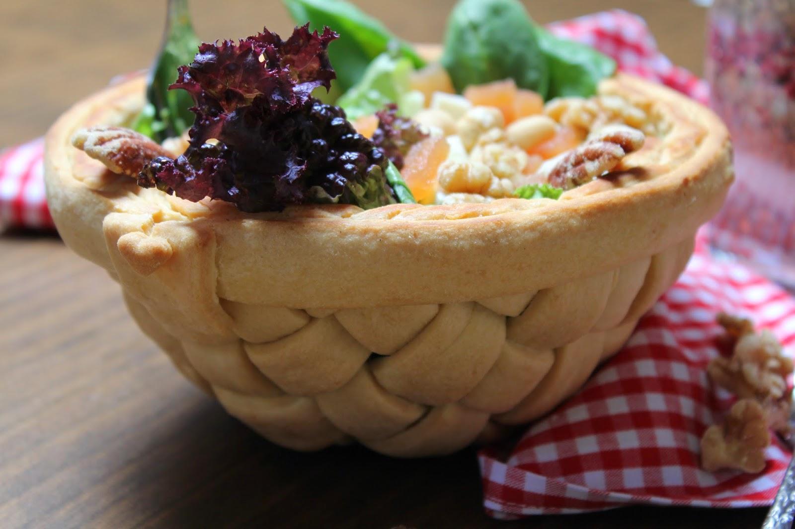 cesta-de-pan-y-ensalada-con-queso-y-membrillo