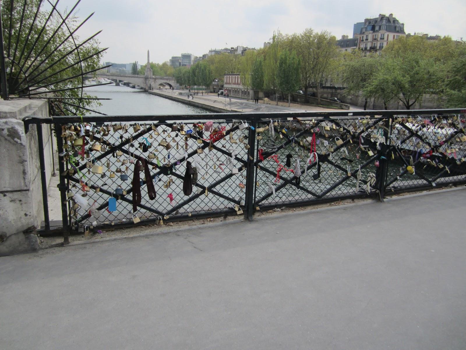 Beware of the rug the lock bridge in paris france for The lock bridge in paris
