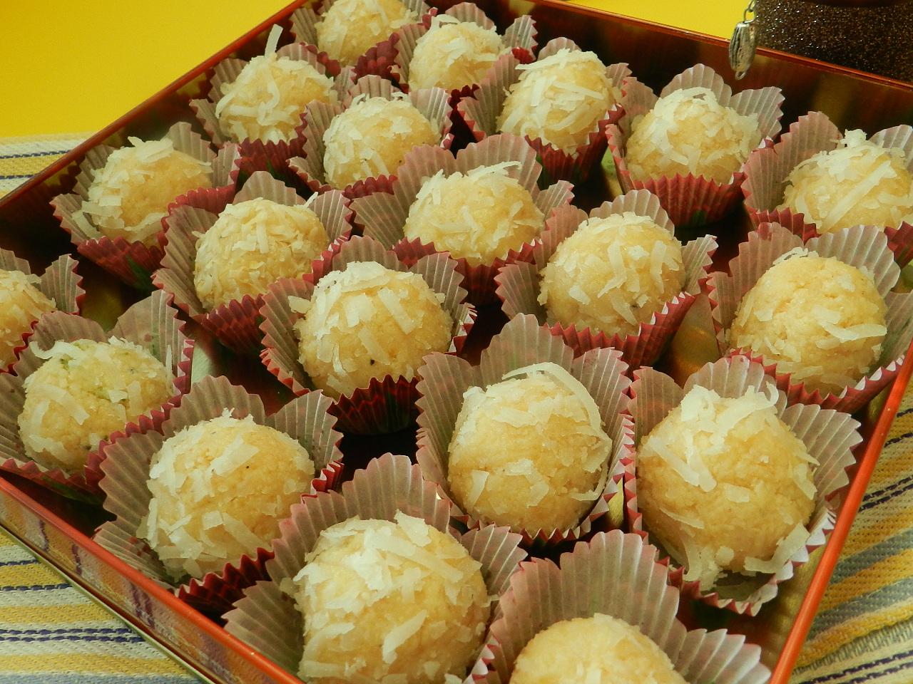 Raajis kitchen: Coconut Laddoo-----Kobbari Ladoo