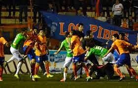 لأول مرة في تاريخ كرة القدم : حكم يطرد 12 لاعبا في الأرجنتين