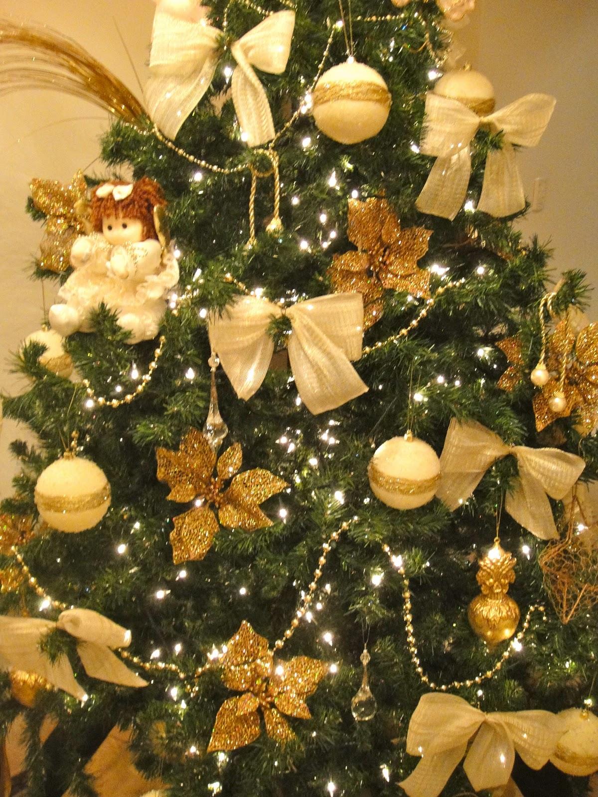 decoracao arvore de natal vermelha e dourada:, laço de fita, estrelas, bolas de veludo dourado e branco, fio de