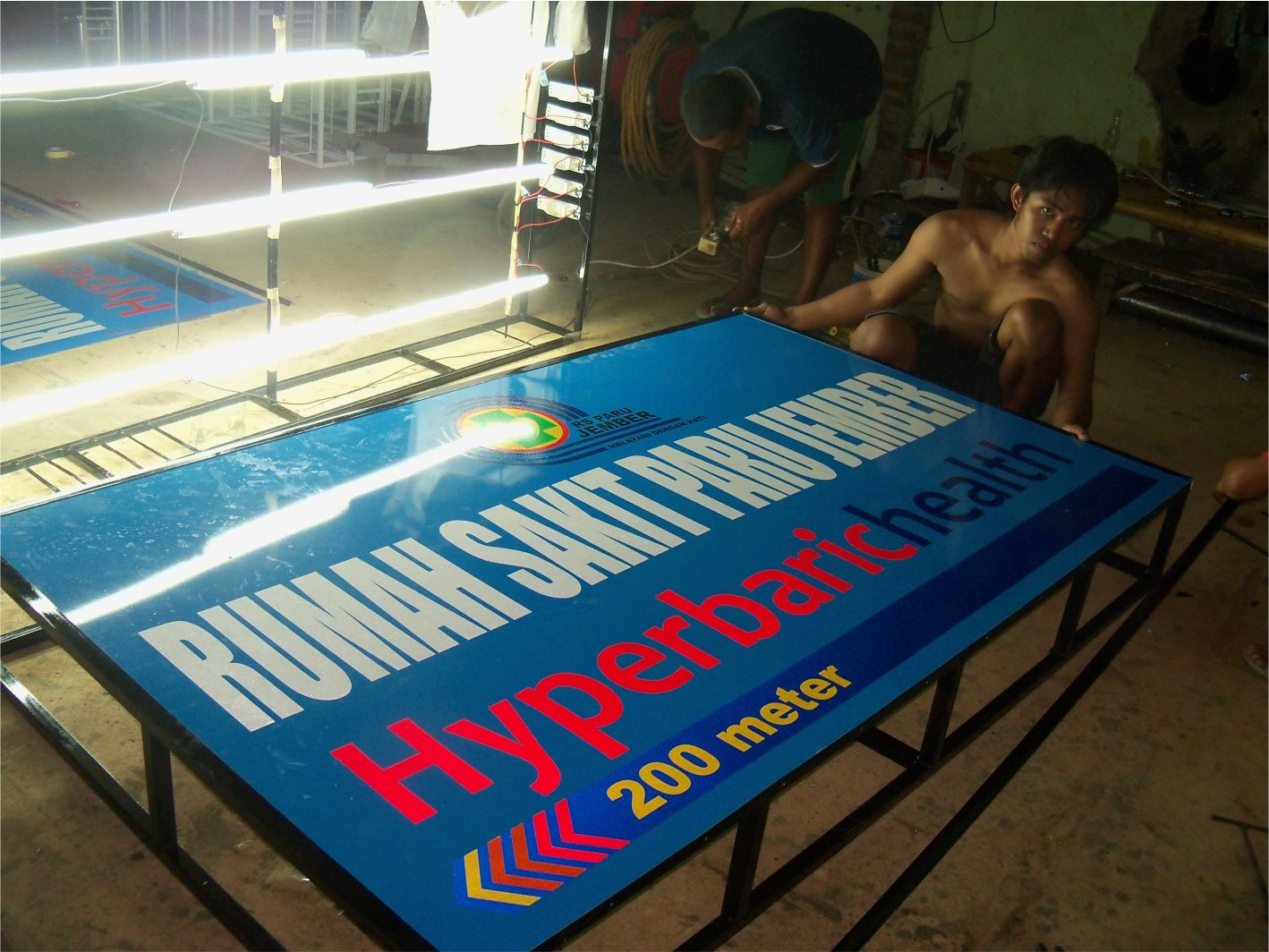 Papan Nama Cutting Sticker Fosfor Printing Jember