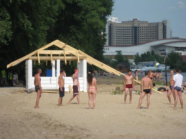 волейболистов на пляже потеснили