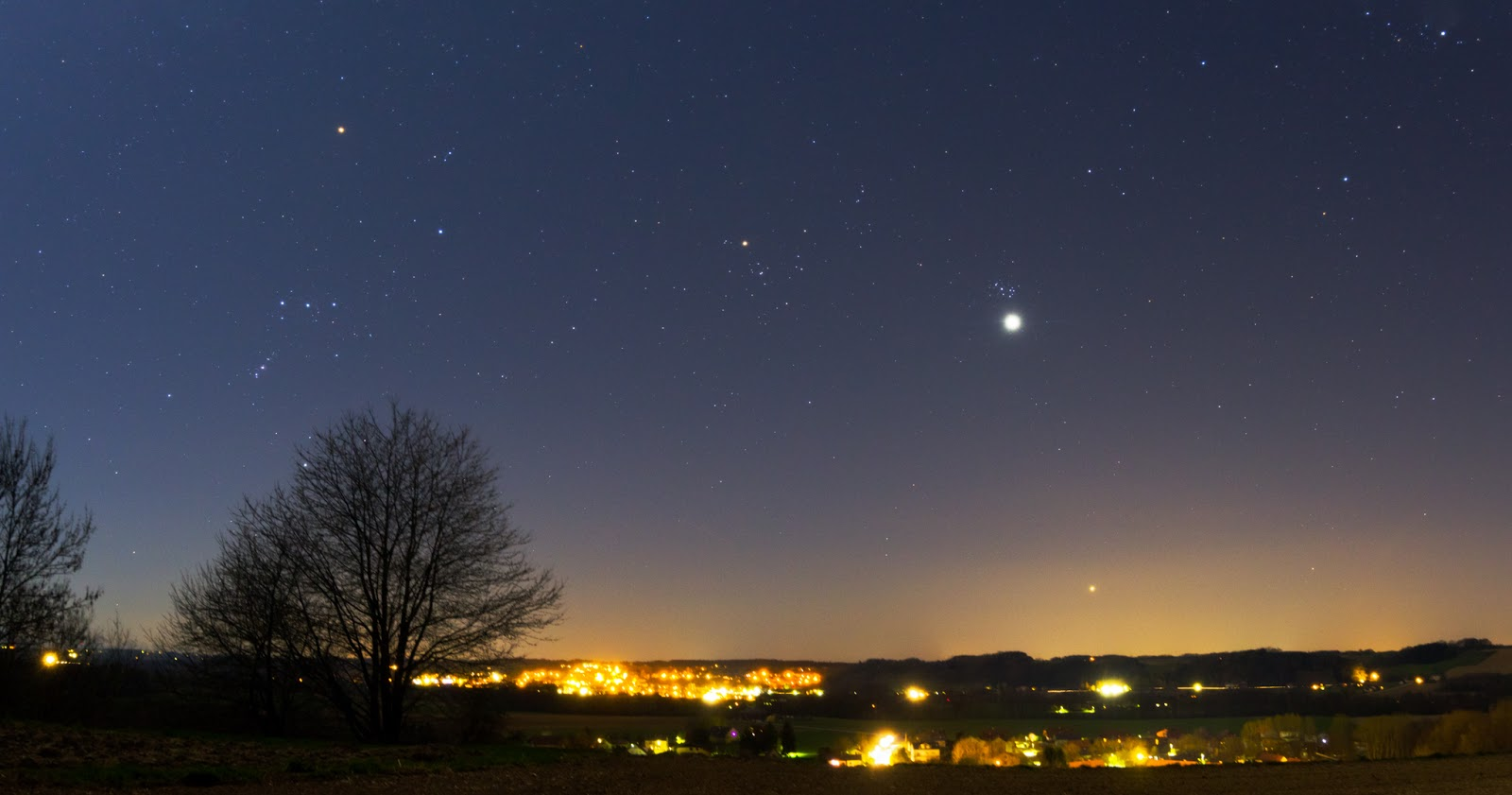 Mặt Trăng cùng hành tinh Kim và sao Aldebaran, cụm sao Pleiades. Tác giả : Herbert Raab.