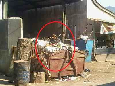 Pak Tua di dalam bak sampah