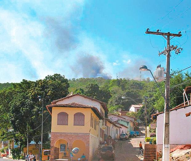 Fumaça do incêndio no Parque Nacional da Chapada Diamantina é vista a partir da cidade de Lençóis (Foto: Reprodução)