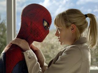 """Andrew Garfield e Emma Stone em cena de """"O Espetacular Homem-Aranha"""""""
