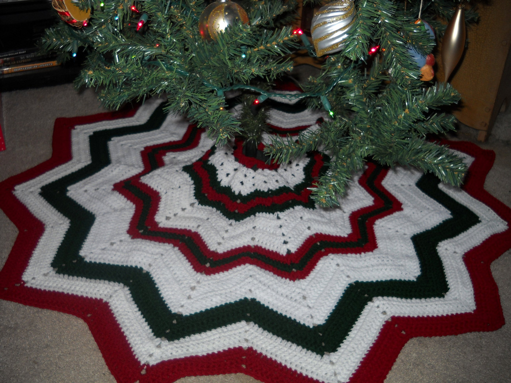 Christmas Tree Skirt Knitting Pattern : Crochet Attic: Christmas Stuff & Free Tree Skirt Pattern!!