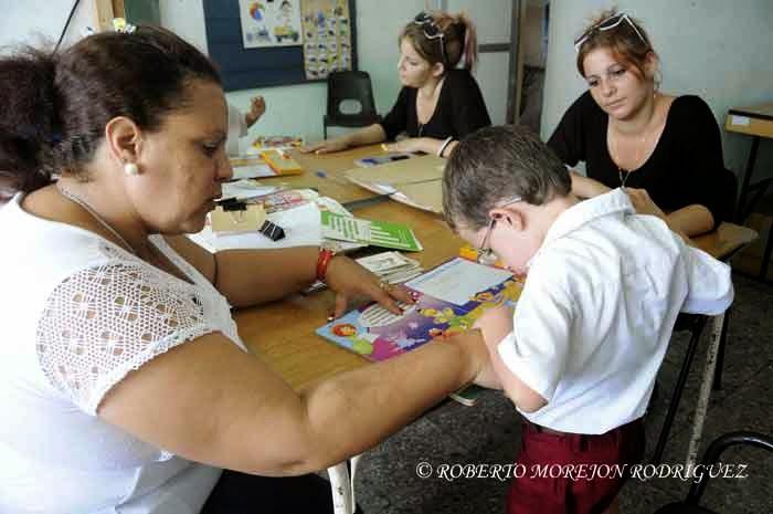 Una logopeda (I) trabaja con un niño en la escuela especial Solidaridad con Panamá, en La Habana, Cuba, el 9 de septiembre de 2014.