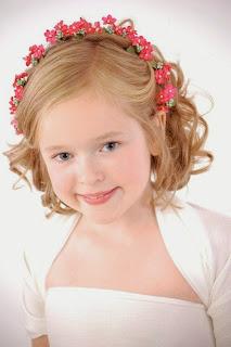 Gaya rambut pendek anak perempuan pakai bandana bunga