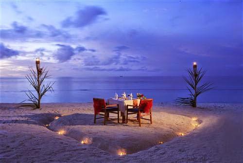 Makan Malam Romantis di Pantai Sebagai Kado Ulang Tahun untuk Pacar