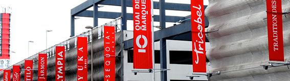 Facade avec drapeaux des marques