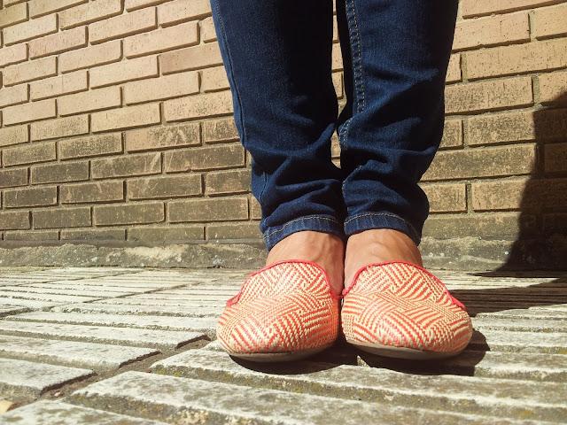 Look de stradivarius, slippers, jeans y camisa.