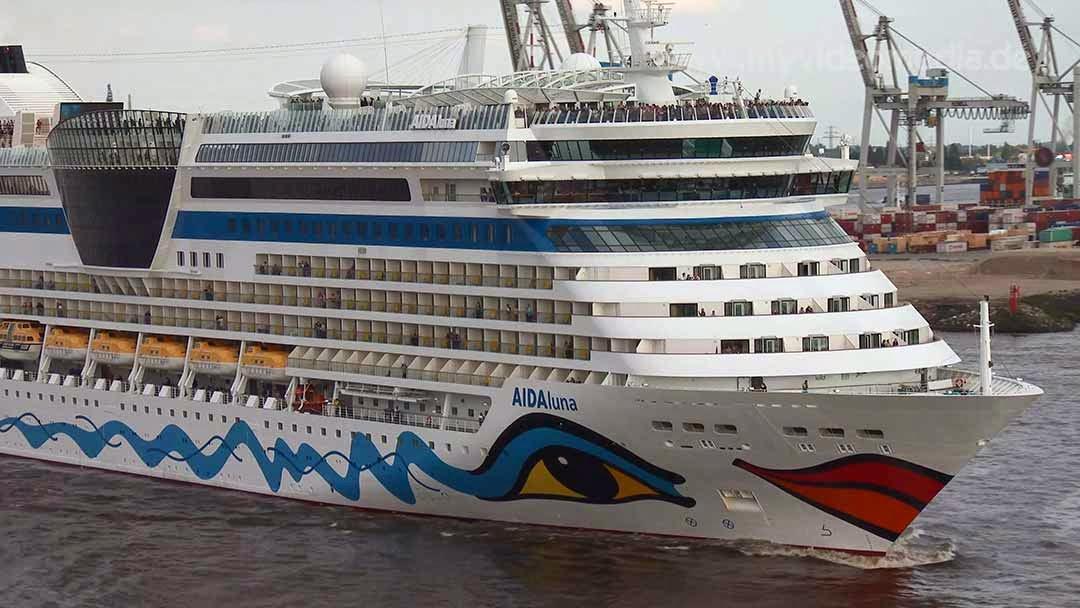 AIDAluna leaving the port of Hamburg