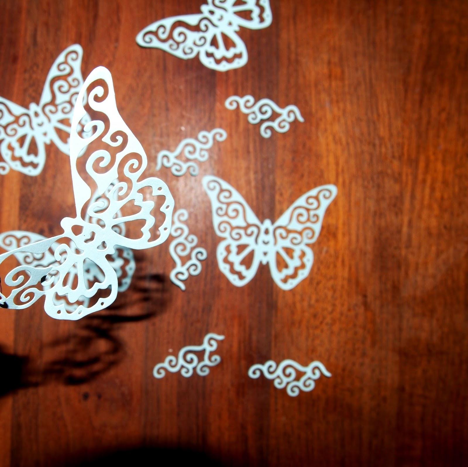 Ihania perhosia ja koukeroita koristeeksi.