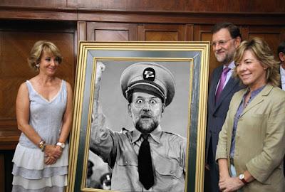 Meme Rajoy posa contento con su cuadro
