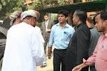 بروفيسور محمد أسلم إصلاحى يصافح الاخوان العمانيين