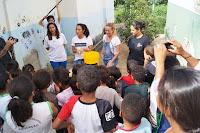 As atrizes Daniele Suzuki e Juliana Silveira ensinam a utilizar os filtros ecológicos doados para a escola
