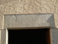 Detall de la llinda del portal d'entrada amb la data de la seva construcció: 1739